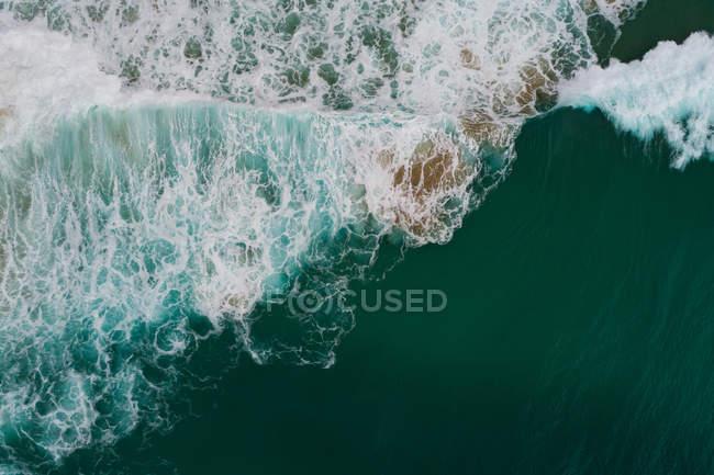 Belles vagues de mer et surf par une journée ensoleillée — Photo de stock