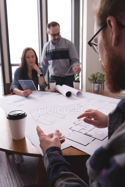 Colleghi di lavoro che utilizzano tablet digitale in vetro in ufficio — Foto stock