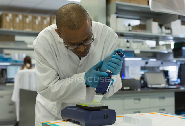 Scientist analyzing a sample at lab — Stock Photo