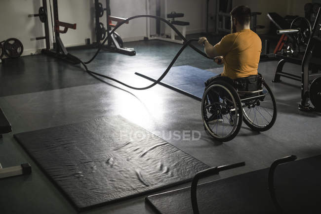 Відсталим людиною на візку, тренування з битви мотузки в тренажерний зал — стокове фото