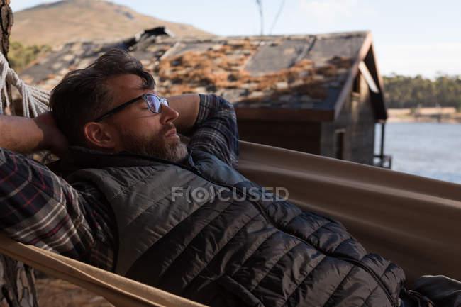 Uomo che si rilassa in amaca in una giornata di sole — Foto stock