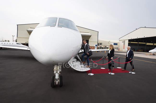 Empresários embarcam em jato particular no terminal — Fotografia de Stock