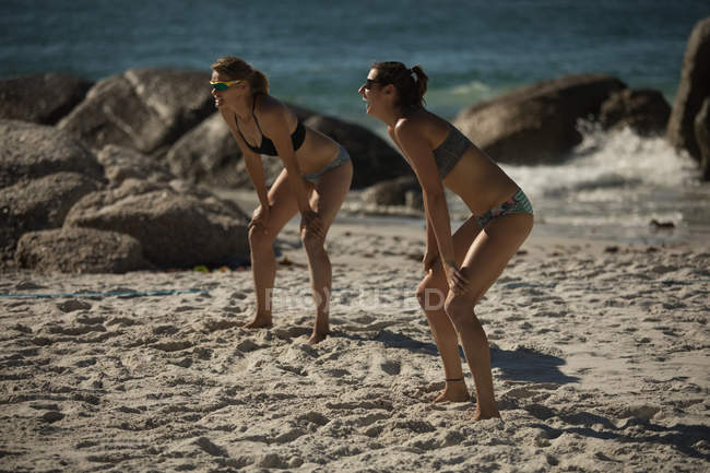 Female volleyball players playing volleyball on the beach — Stock Photo