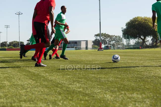 Spieler beim Fußballspiel auf dem Sportplatz — Stockfoto