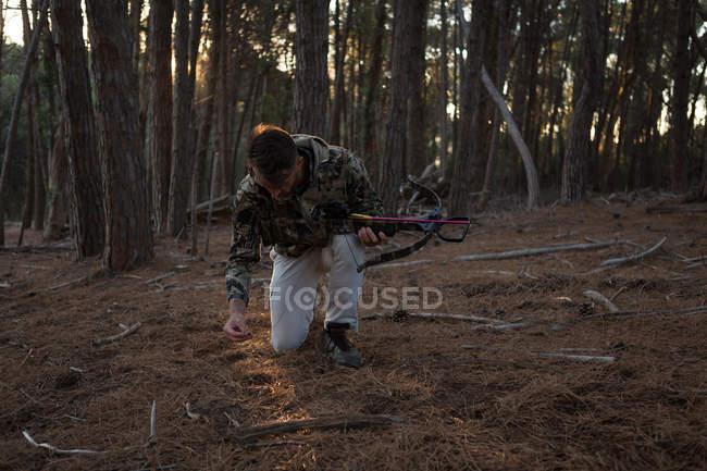 Uomo di esplorare nella foresta in una giornata di sole — Foto stock