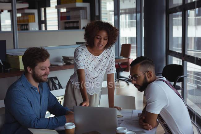 Архітектори, обговорюючи над ноутбук в офісі — стокове фото