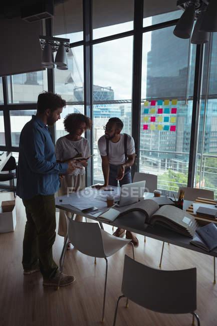 Архитекторы взаимодействуют друг с другом в офисе — стоковое фото