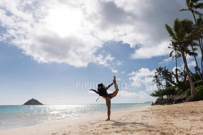 Woman exercising in the beach on a sunny day — Stock Photo