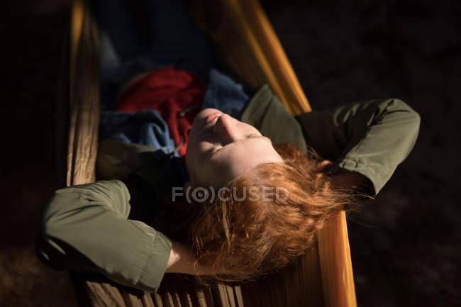 Entspannen auf der Hängematte im Wald Frau — Stockfoto