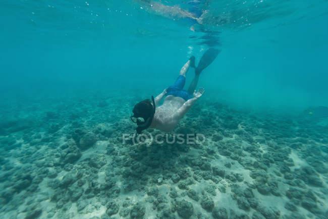 Mann im türkisfarbenen Meer Tauchen — Stockfoto