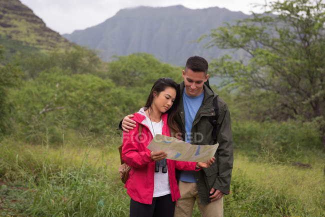 Coppia romantica che guarda la mappa in campagna — Foto stock