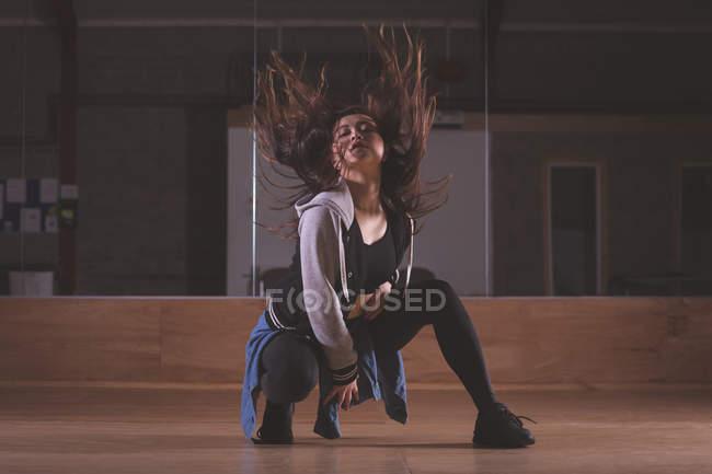 Giovane ballerina che balla in studio di danza — Foto stock