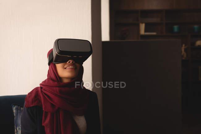 Бізнес-леді в хіджаб, за допомогою віртуальної реальності гарнітуру в кафетерії office — стокове фото