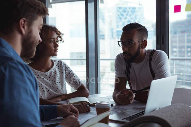 Architetti che interagiscono tra loro in ufficio — Foto stock