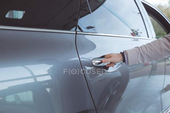 Venditore esaminando auto presso showroom — Foto stock