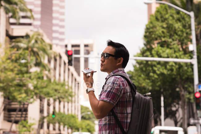 Uomo intelligente che parla cellulare in strada — Foto stock