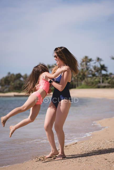 Mujeres jóvenes en la playa en verano soleado día en el río - foto de stock