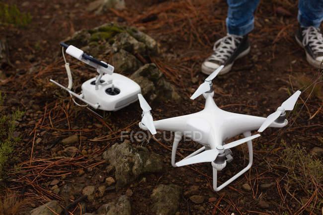 Niedriger Mannschaftsteil mit fliegender Drohne und Fernbedienung — Stockfoto