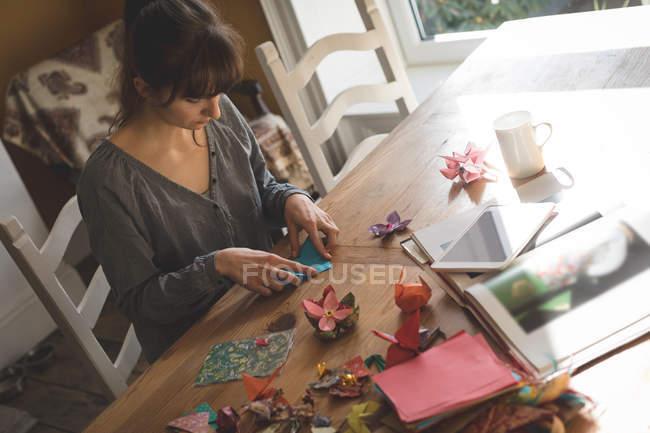 Bella donna che prepara un mestiere di carta a casa — Foto stock