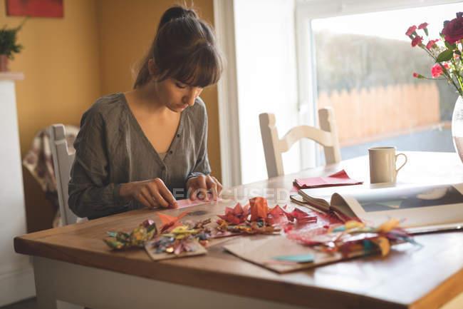 Schöne Frau bereitet Handwerk zu Hause — Stockfoto