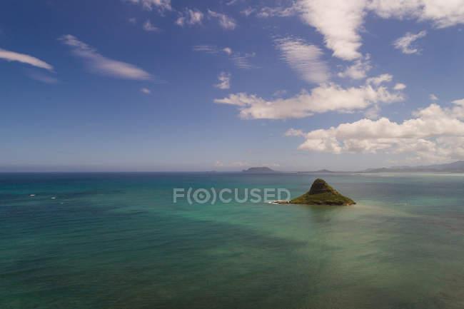 Остров с видом на море в Солнечный день — стоковое фото