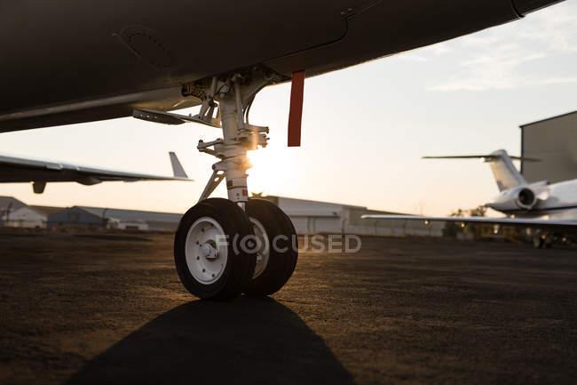 Close-up de pneu a jato privado no terminal — Fotografia de Stock