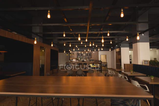 Mesas vazias e cadeiras na cantina no escritório — Fotografia de Stock