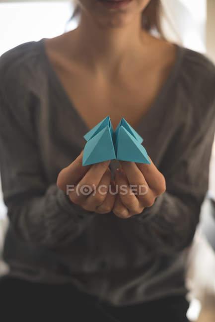 Nahaufnahme einer Frau, die Origami zu Hause zeigt — Stockfoto