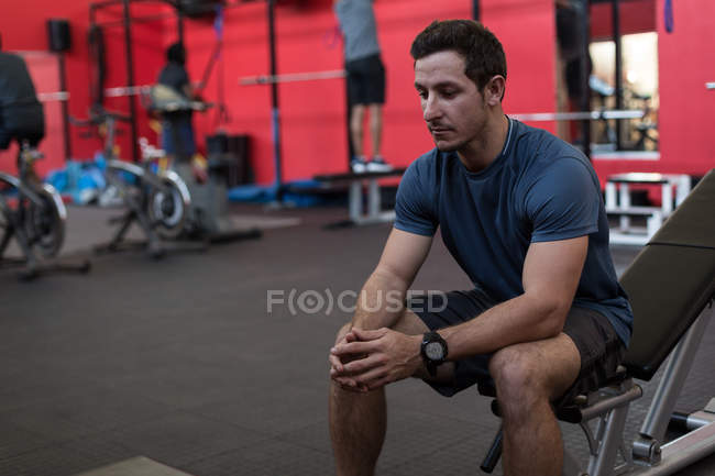 Спортсмен, сидя на упражнения в тренажерном зале — стоковое фото