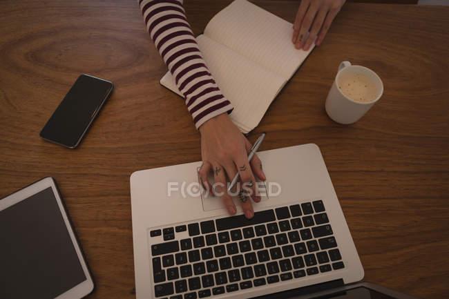 Vista aerea della donna che utilizza il computer portatile a casa — Foto stock