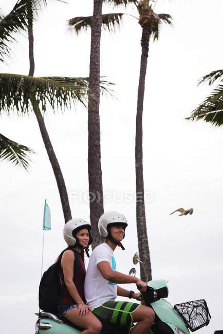 Щаслива пара скутер їзда в місті — стокове фото