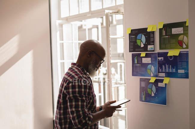 Disegnatrice Grafica Senior using digital tablet in ufficio — Foto stock