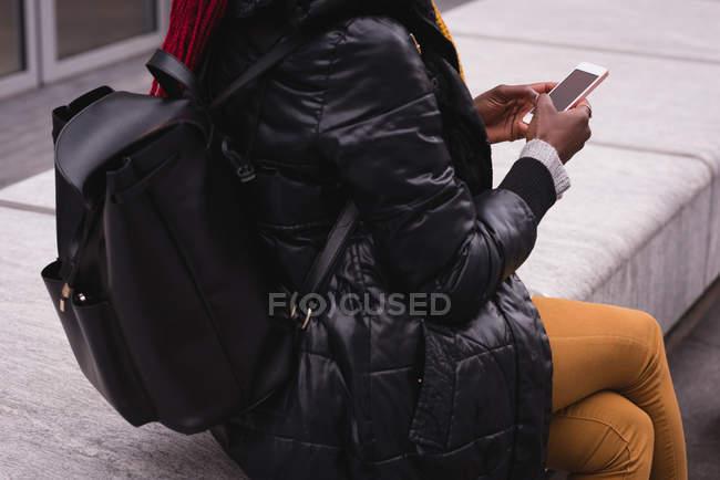 Media sezione di donna che utilizza il telefono cellulare in città strada — Foto stock