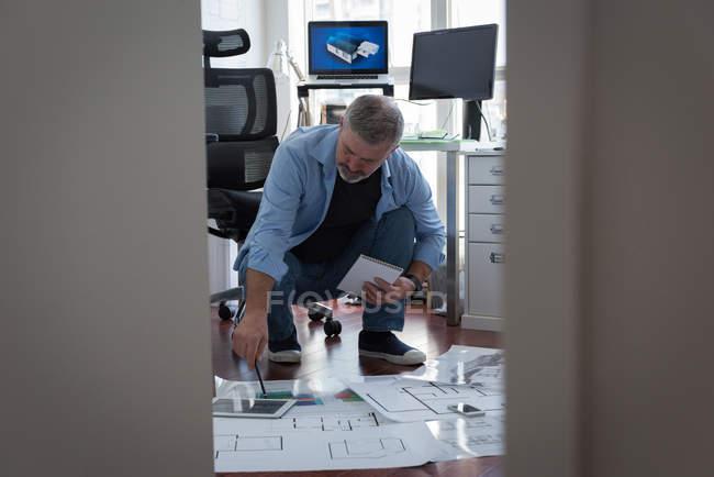 Homme mûr préparer la conception architecturale à la maison — Photo de stock