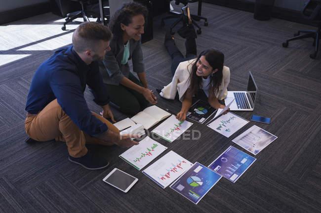Führungskräfte diskutieren im Büro über Diagrammdokumente — Stockfoto