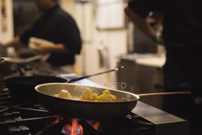 Cibo viene preparato nella cucina al ristorante — Foto stock