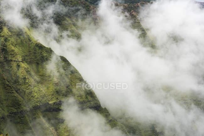 Aérien de nuages planant au-dessus du Na Pali Coast State Park — Photo de stock