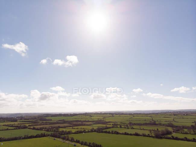 Weite grüne Landschaft an einem sonnigen Tag — Stockfoto