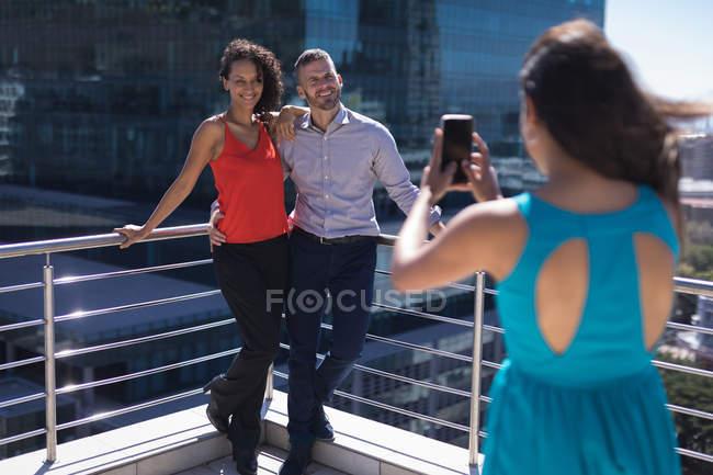Dirigenti d'azienda in posa mentre altre una fotografia facendo clic su un giorno pieno di sole — Foto stock