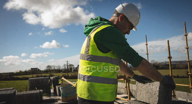 Инженер, холдинг Цементная плита на строительной площадке — стоковое фото