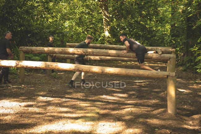 Группа людей, обучение Фитнес тропа в boot camp — стоковое фото