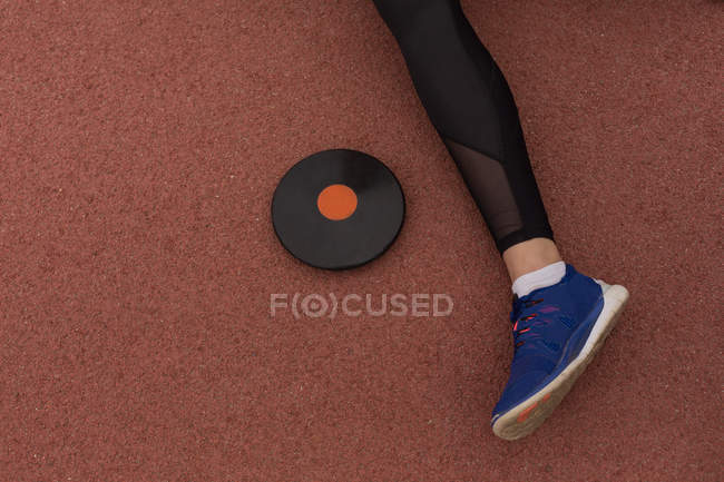 Low section of female athlete with discus throw — Stock Photo