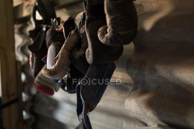 Закри боксерські рукавички висить у фітнес-студія — Stock Photo