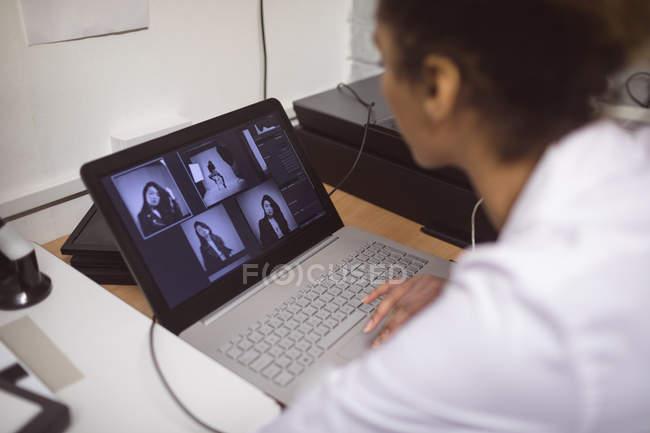 Жіночий фотограф розвивається фотографій у фото-студії — стокове фото