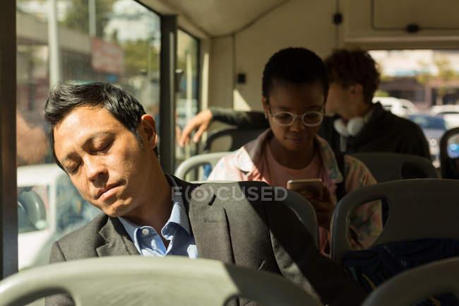 Человек, мирно спит во время поездки в автобусе — стоковое фото