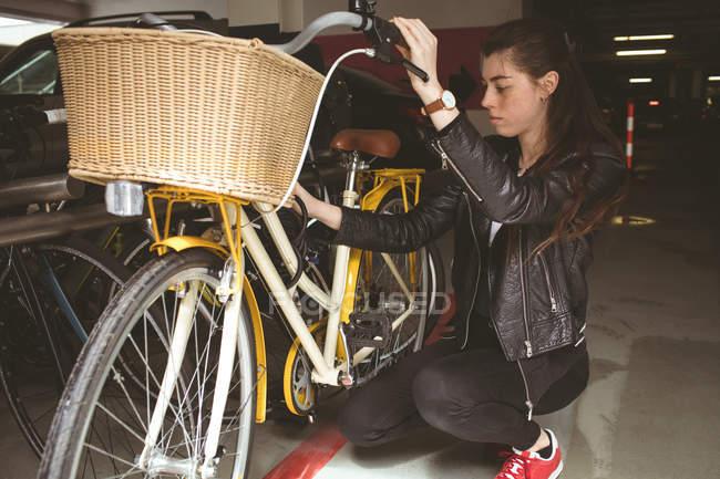 Bella donna parcheggio sua bicicletta — Foto stock