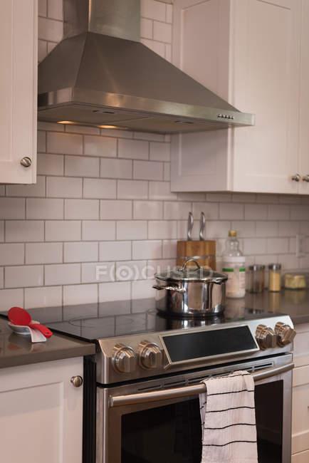 Chimenea moderna con inducción que cocina en casa - foto de stock