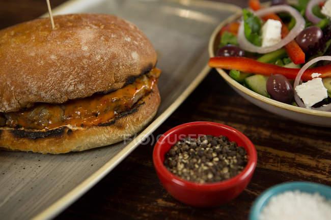 Закри гамбургер м'ясо служив у лоток — стокове фото