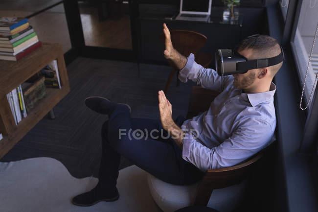 Бізнесмен, використовуючи віртуальну реальність гарнітуру в офісі — стокове фото