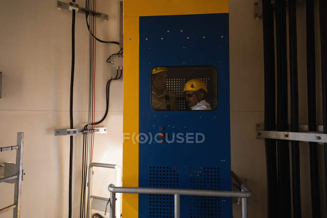 Ingeniero en elevador de servicio de una turbina de viento - foto de stock